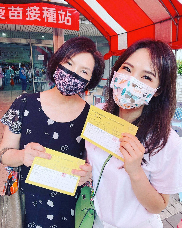吳申梅(右)昨與媽媽一同接種AZ疫苗。圖/音圓唱片提供