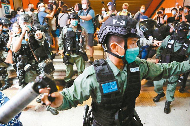 香港警務處設立維護國家安全部門,強力執法。圖為港警驅離反送中示威者。路透
