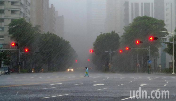 熱帶性低氣壓及西南氣流帶來豪雨侵台。圖/聯合報系資料照(記者劉學聖攝影)