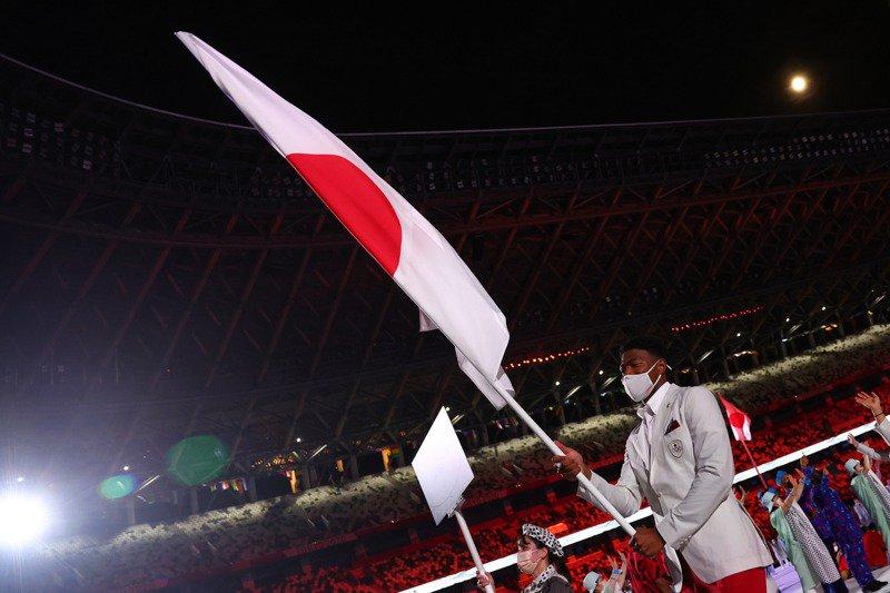 NBA華盛頓巫師隊日本混血前鋒八村壘(右)在東京奧運開幕式擔任日本代表隊掌旗官。 路透