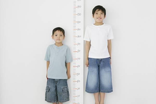 比成績、才藝已經不夠看,大陸家長現在還攀比起孩子的身高。圖/取自搜狐