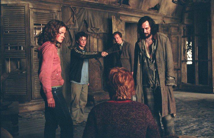 扮演哈利的丹尼爾雷德克里夫(左二),如今更想改演天狼星(右一)或路平(右二)。圖...