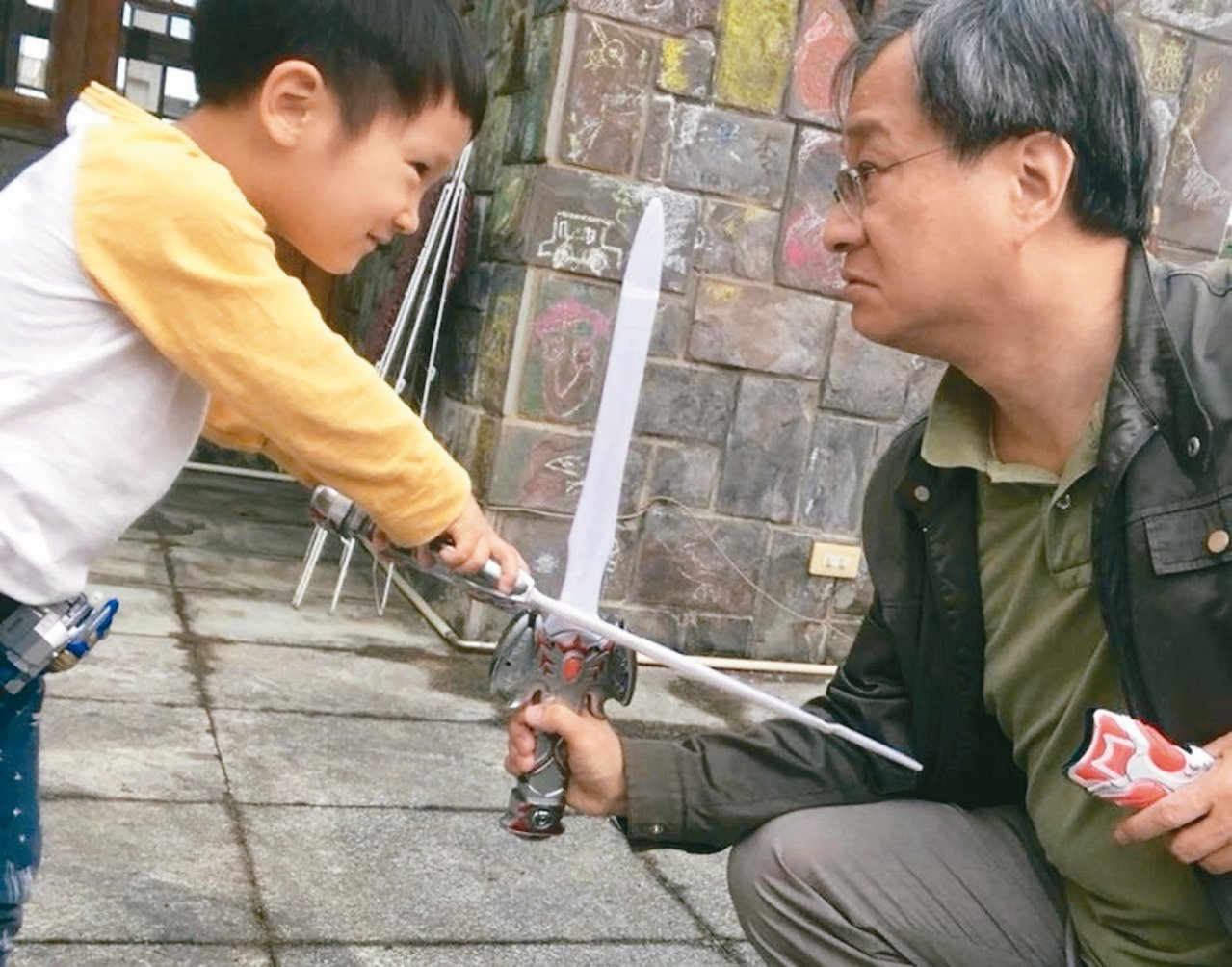 當阿公陪孫子並非規畫中的生活,但小野卻樂在其中。圖/摘自小野臉書