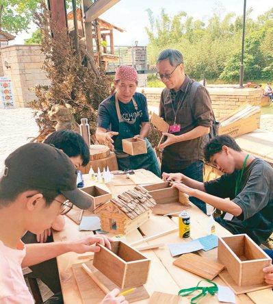 小野(右二)目前也是「臺北市影視音實驗教育機構」的校長。圖/小野提供
