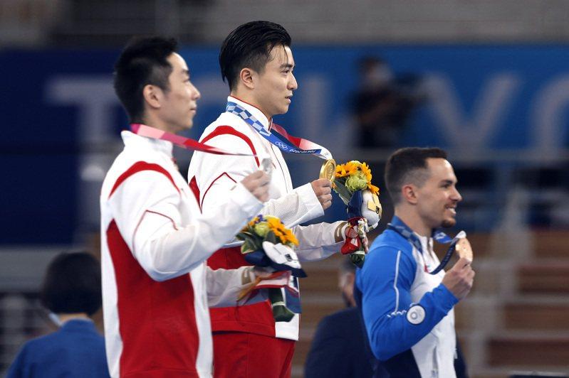 中國大陸今年派出北京奧運後最大代表團,以保證能在金牌榜名列前位。圖為中國選手劉洋(中)贏得東奧體操男子吊環金牌。中通社