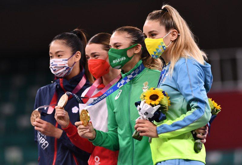 我國空手道女將文姿云(右)奪下銅牌如願站上奧運頒獎台。 路透社