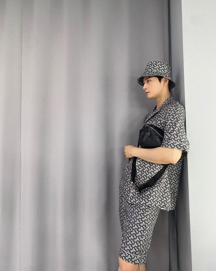 車銀優身穿TB印花中灰色絲質襯衫45,900元、漁夫帽14,900元,帥氣側身吸...