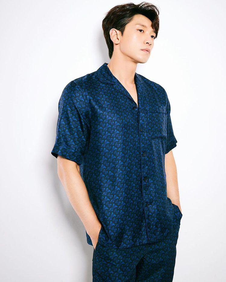 RAIN和車銀優詮釋同款不同色系的TB印花深皇家藍絲質襯衫45,900元。圖/取...