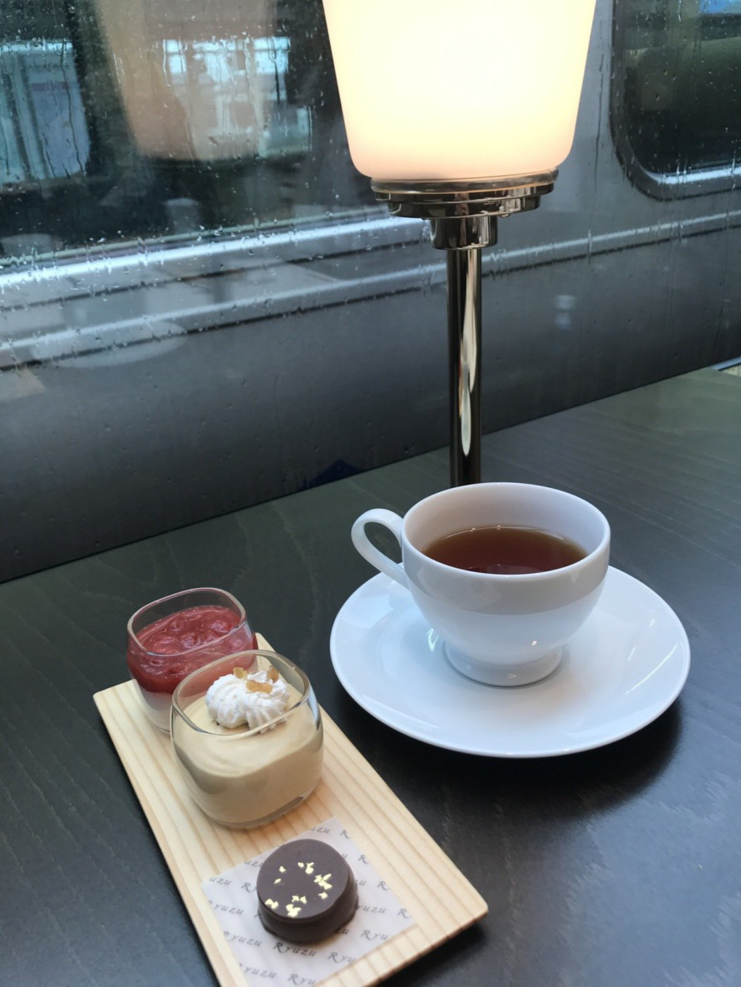 在日本搭乘許多特急列車,很多車輛都有咖啡座的設計,可以一邊享用咖啡,一邊欣賞窗外...