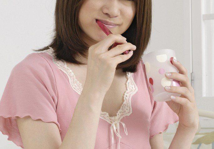 江蘇1名女子早上刷牙時,丈夫在旁說了一個笑話,她忍不住笑出來,結果不小心吞下牙刷,最終須到醫院做手術取出。示意圖,非新聞當事人。圖/Ingimage