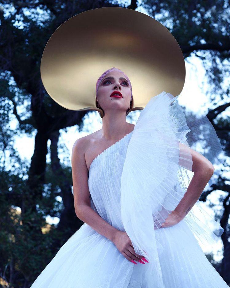 Lady Gaga穿Iris van Herpen的服裝,如同獅子魚般的縐褶有著...