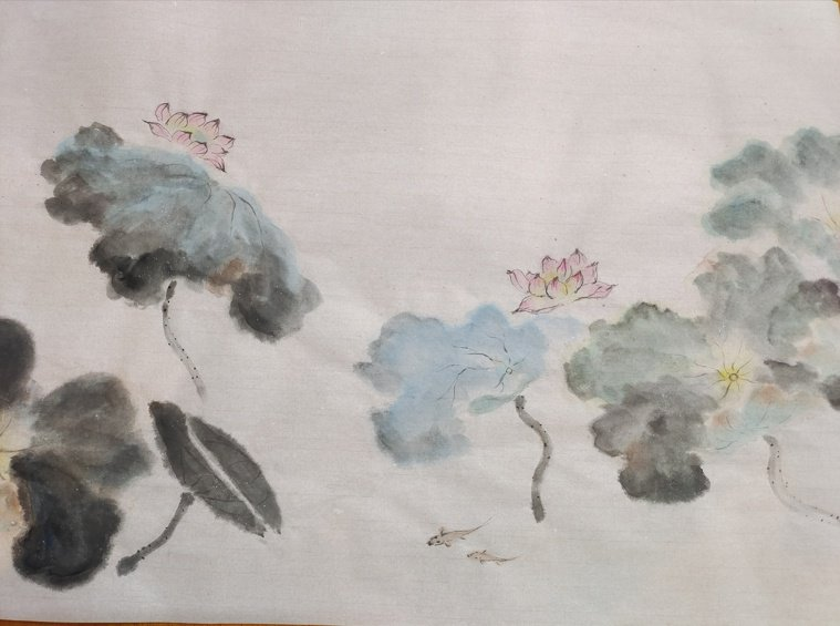社區大學的課程停開,在家以書為師,照著畫冊玩墨弄色,完成的荷花圖。圖╱柯憶茹提供