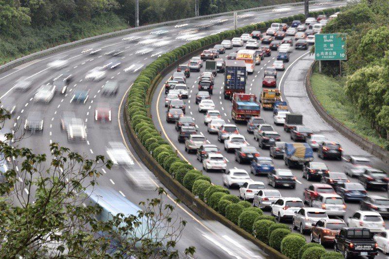 不少民眾開車出遊,大批車潮湧現,很容易發生交通事故。記者許正宏/攝影