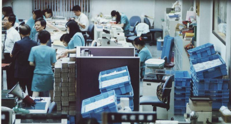 1996年8月7日,台中市第八信用合作社爆發挪款弊案,八信準備20億元供提領,營業廳內積滿了錢。圖/聯合報系資料照片