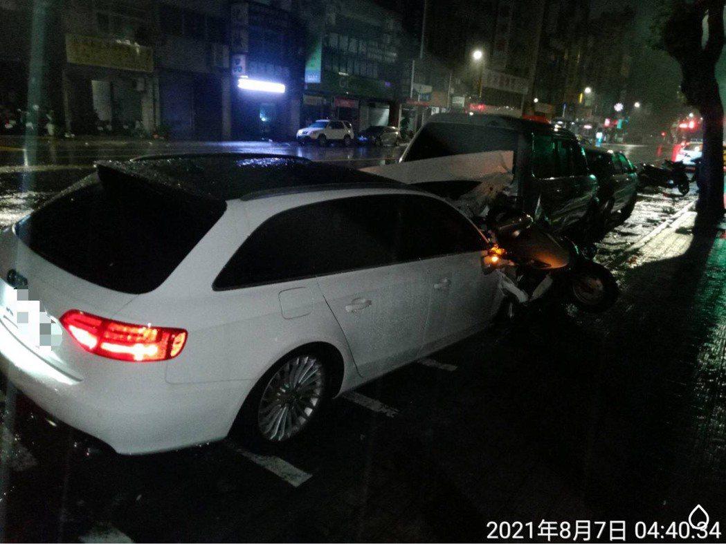 肇事的奧迪轎車連撞6輛汽、機車後停下,警方到場時,肇事者已不知去向。記者林保光/...