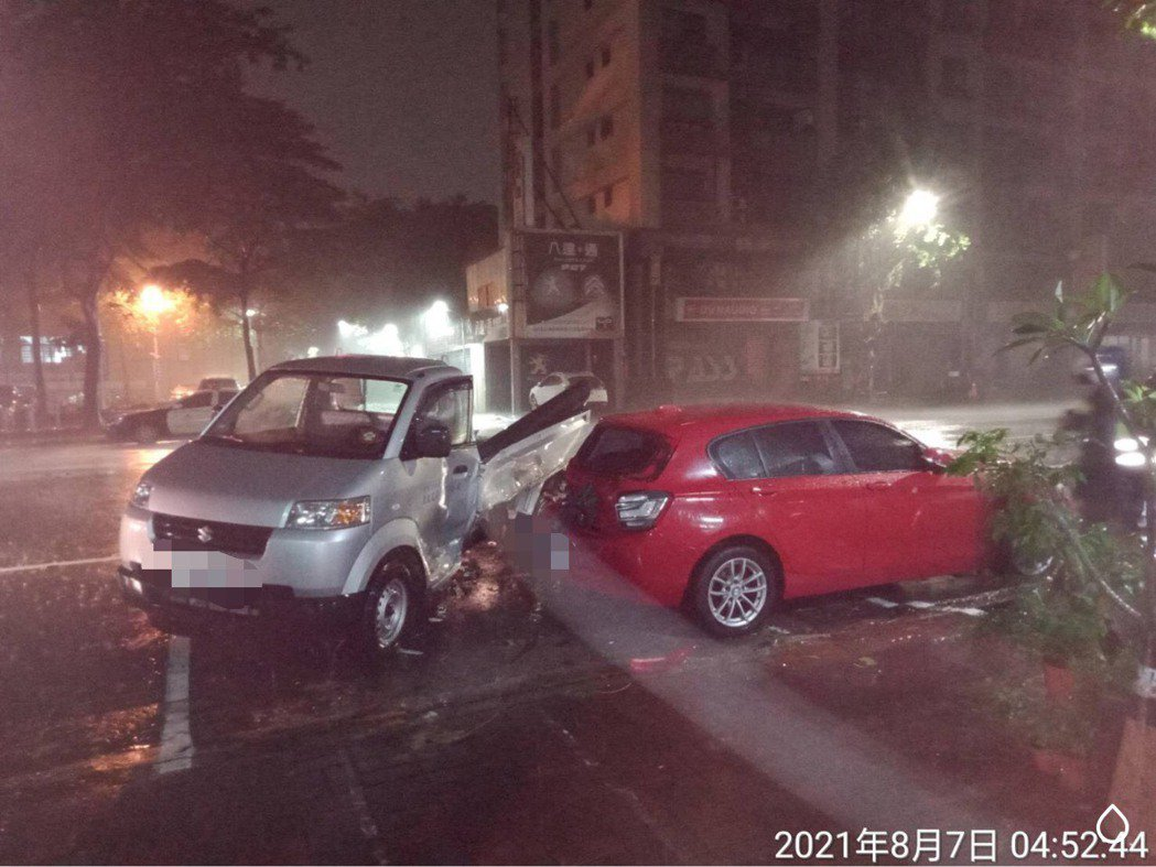 路邊的小貨車被撞得轉向,並撞到前方紅色轎車。記者林保光/翻攝