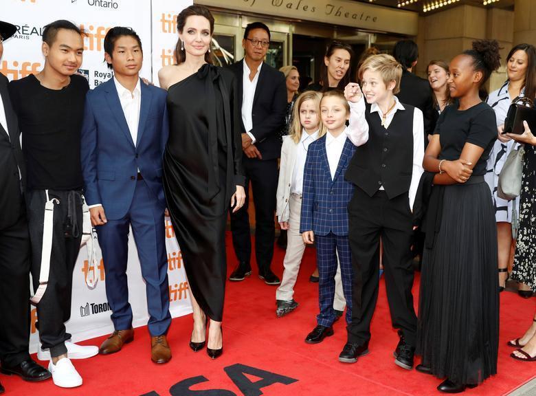 麥杜斯(左一)曾特地返美出席養母安琪莉娜裘莉(左三)的新片首映,和其他養弟養妹團