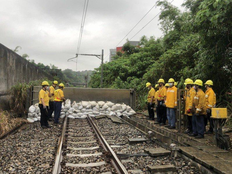 行政院工程會7日視察台鐵台北隧道北口防洪閘門,近20名道班關閉閘門、堆置沙包,約需10分鐘。記者侯俐安/攝影