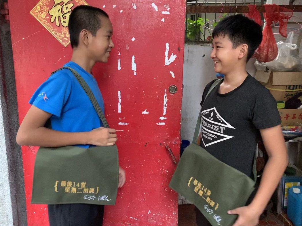 果陀劇場捐贈的紀念書包捐贈與名人二手童書活動開啟。圖/世界展望會提供