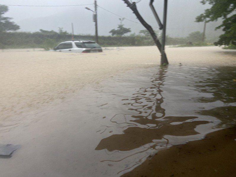 高雄茂林區情人谷周邊,因豪雨導致積淹水達民宅半層樓高。圖/高雄市原民會提供