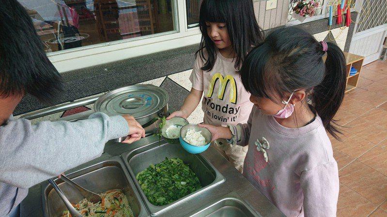 聯合報系願景工程7月報導現行法規禁止「客運載貨」,食材商針對偏鄉小學只能一周送一次,學童天天吃冷凍菜。報導推出後,交通部允諾鬆綁法規。圖/新光國小提供