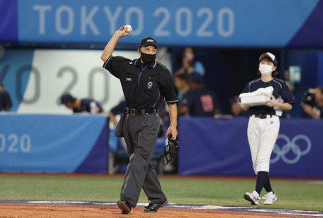 棒球/扛金牌戰主審 紀華文帥氣喊出「Play Ball」