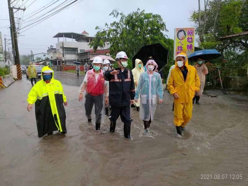 高雄市長陳其邁今天前往六龜山區涉水勘災。圖/高市府提供