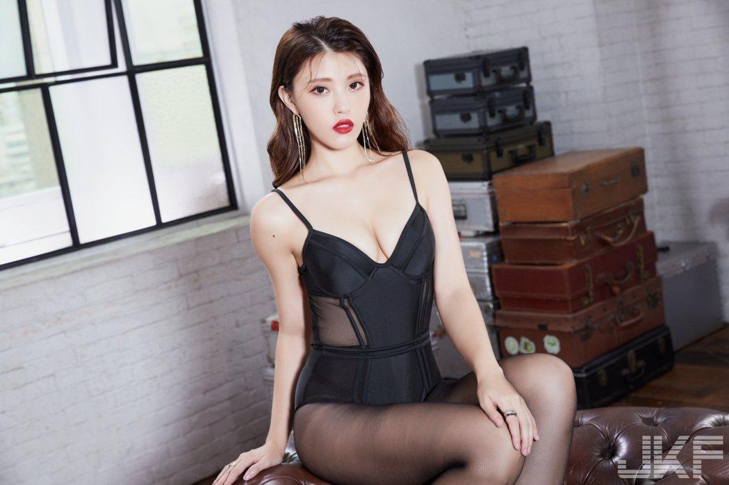 苡琍穿上黑色蕾絲內衣拍攝封面。圖/JKF提供