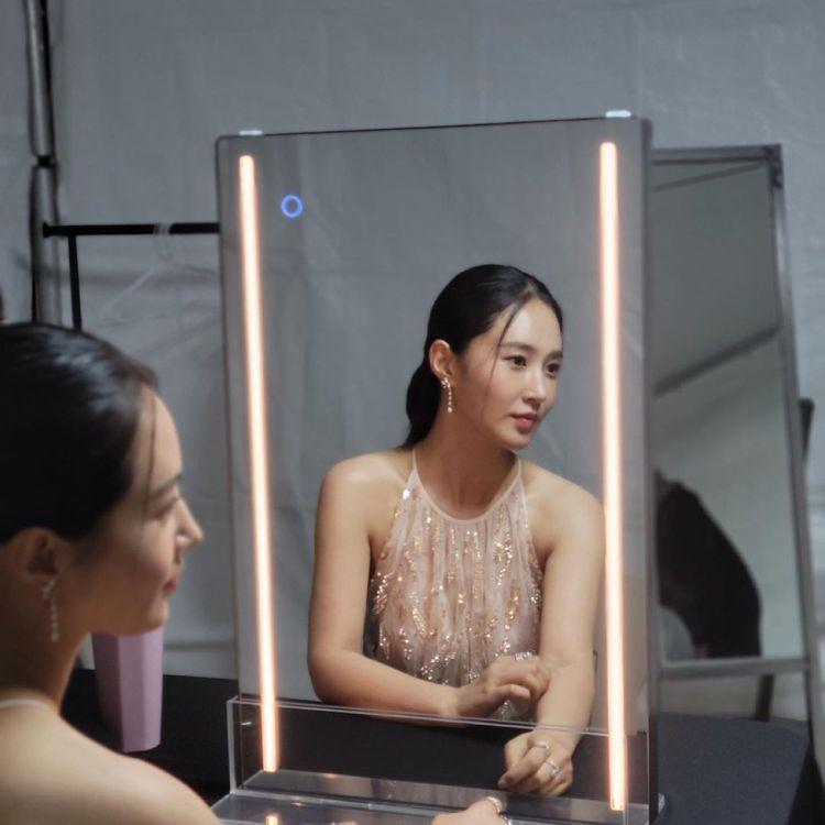 少女時代的俞利身穿BLUMARINE玫瑰金亮片、珠串粉色洋裝,搭配Chaumet...