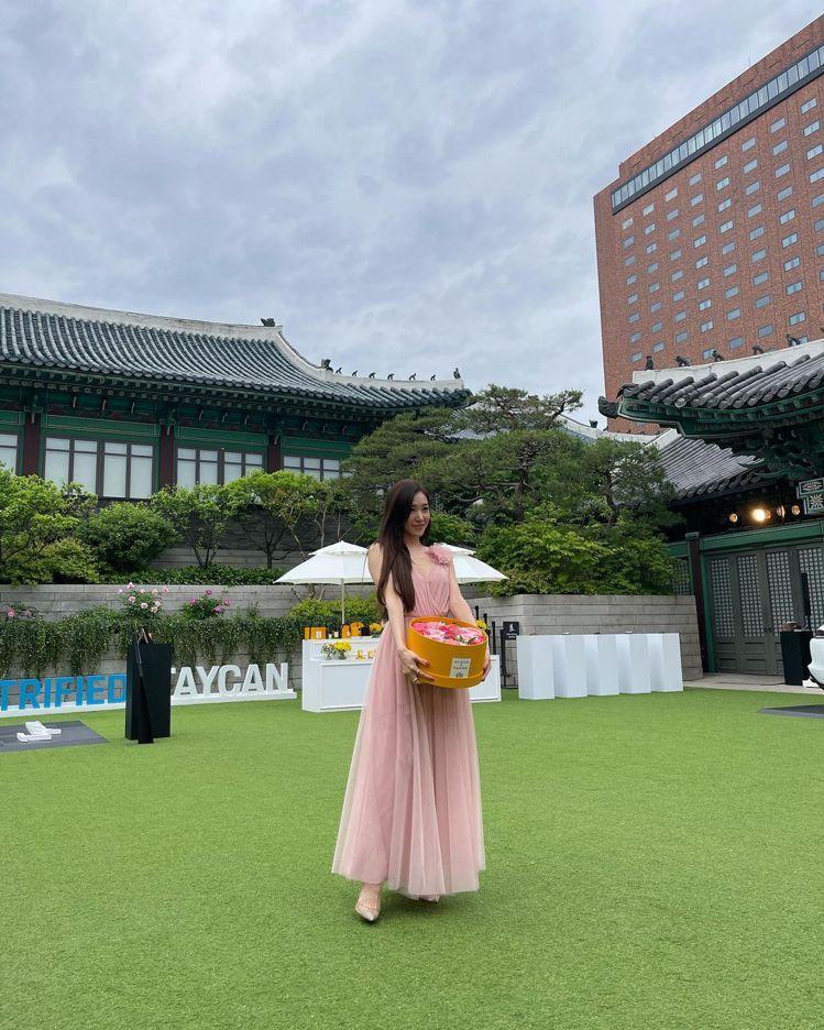 少女時代的Tiffany身穿BLUMARINE粉色洋裝,浪漫極了。圖/取自IG
