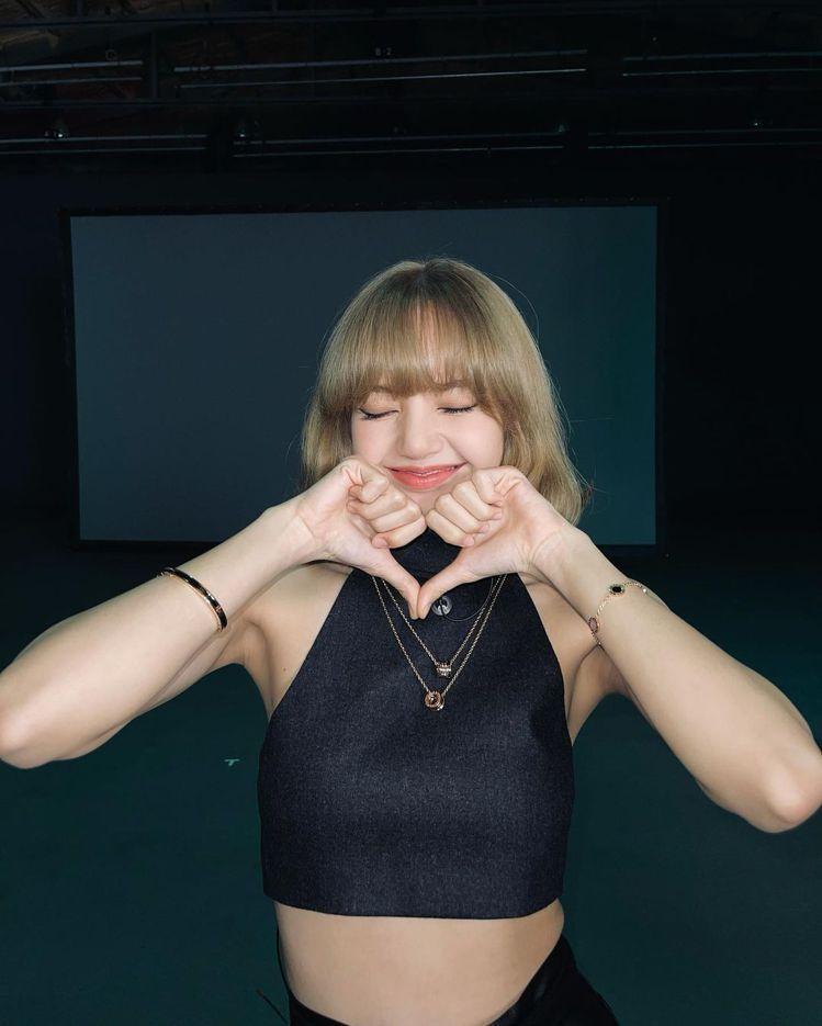 以削肩上衣搭配珠寶的Lisa在自拍照裡時而擺出甜美,時而睥睨一切的表情,讓粉絲看...
