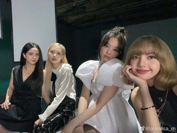 韓國天團BLACKPINK的成員Lisa在深夜發出彩排花絮照,四人難得合體。圖/...