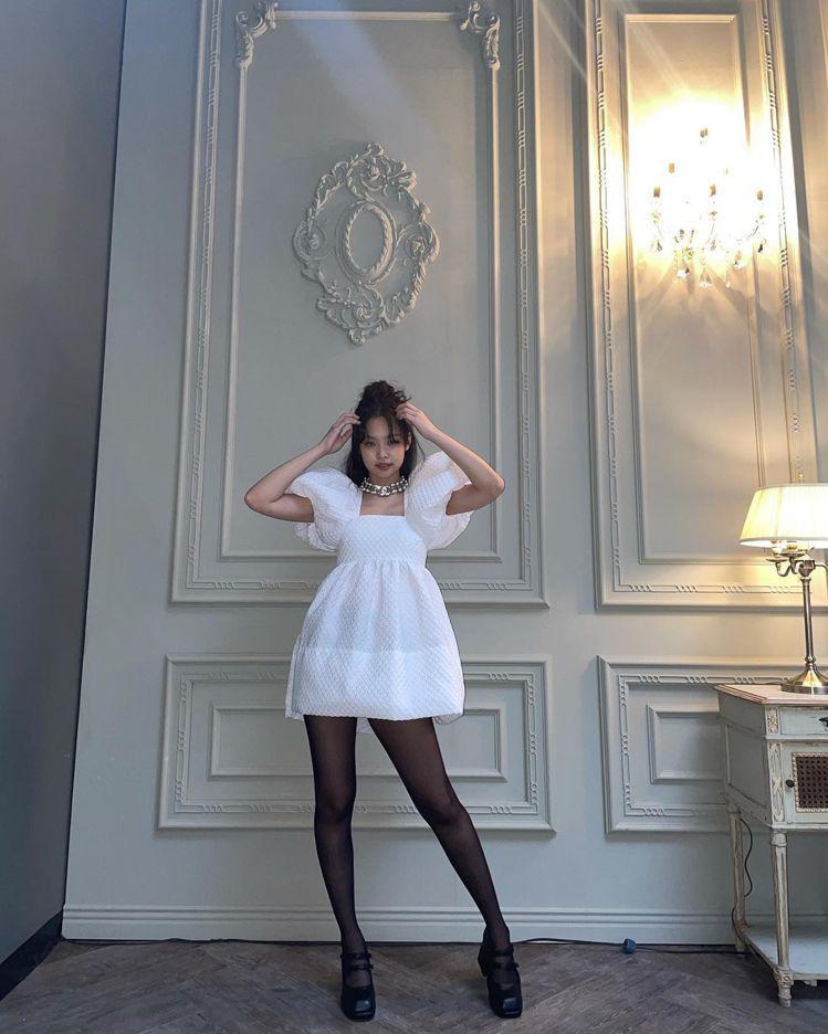 Jennie身穿白色蓬袖平口短洋裝,像是化身小公主一樣,並配戴了Chanel的項...