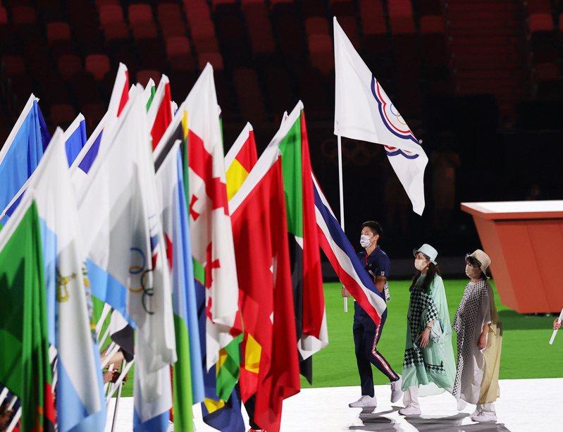 東京奧運閉幕由連三屆參加奧運的「跨欄王子」陳傑(中)掌中華台北會旗。特派記者余承翰/東京攝影