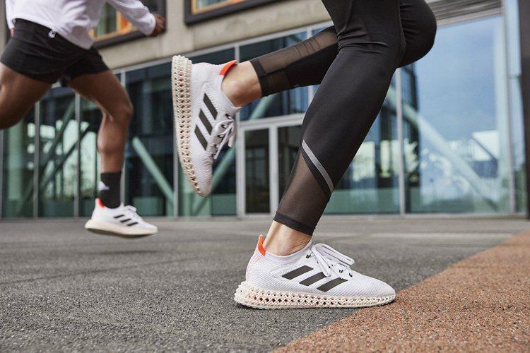 盧彥勳所穿的adidas 4DFWD跑鞋,因應東京奧運披上Tokyo Pack限...