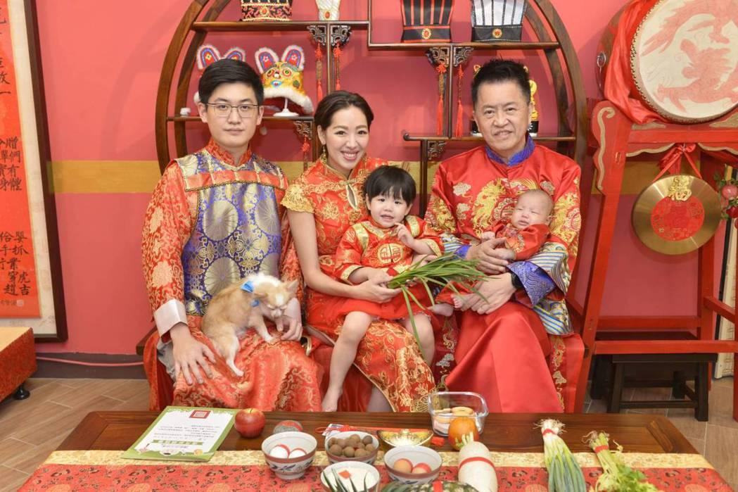 林志隆長子林浩權(左起)、劉伊心、女兒牙子和林志隆抱著次子一起入鏡。圖/傳家古禮