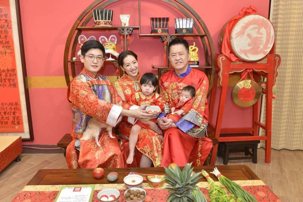 林志隆長子林浩權(左)手拿雞蛋為弟弟獻上祝福。圖/傳家古禮提供