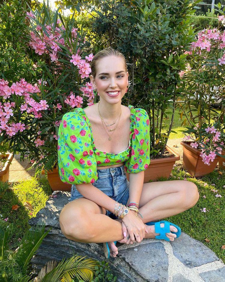 Chiara Ferragni是愛馬仕ORAN拖鞋式涼鞋的狂粉,她不只常穿,每次...