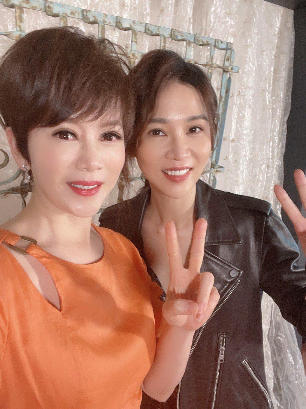 謝盈萱(左)為主演的新戲「俗女2」宣傳,接受陳雅琳專訪。圖/華視提供