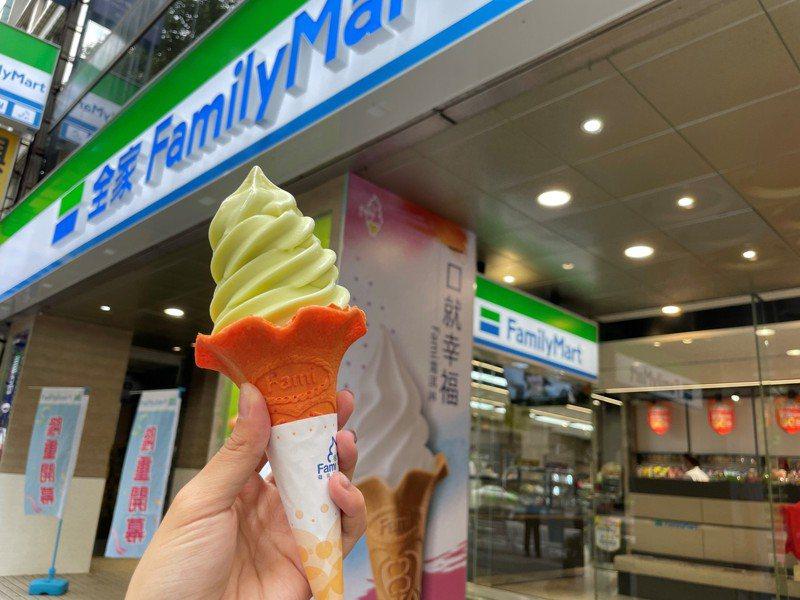 Fami霜淇淋(口味不限)現時買1送1,限量20萬組,每會員限購2組。圖/全家便利商店提供