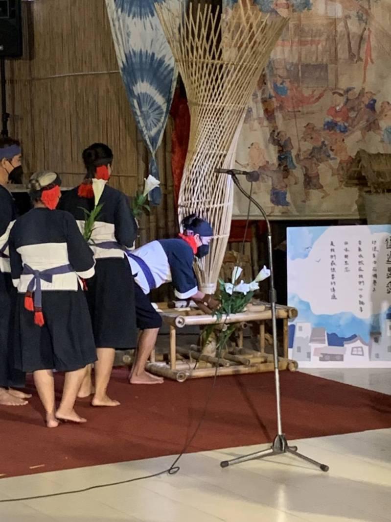 高雄今天下午舉行「明日躍起 莫拉克12」活動,小林村民獻百合花表達對逝去家人的思念。圖/日光小林社區發展協會提供