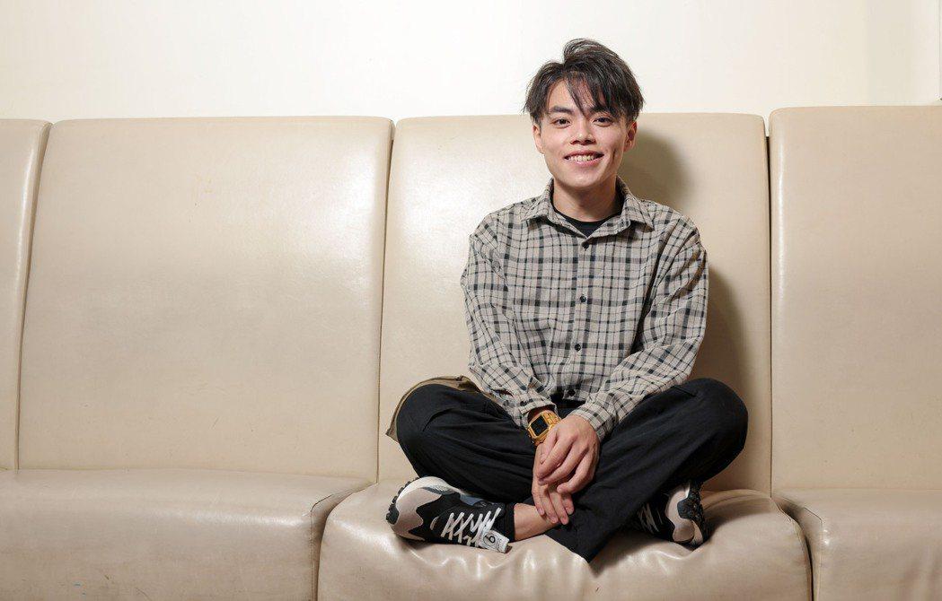 海產是台中人,出道至今他為了省錢,都是台中台北兩地跑。記者李政龍/攝影