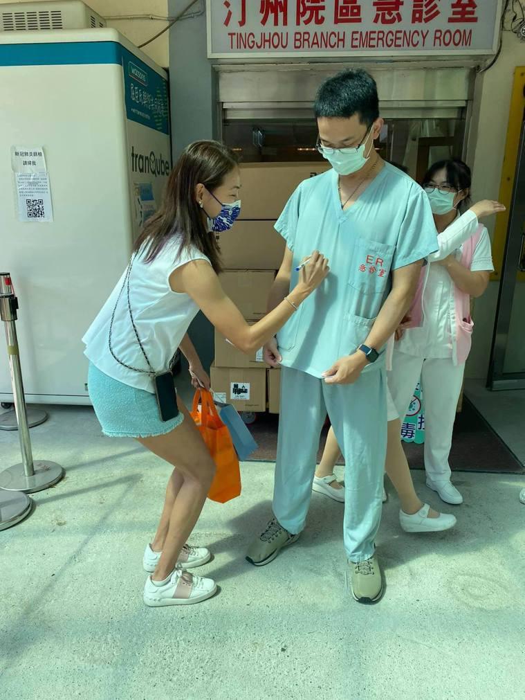 急診室的醫生(右)甚至要賈永婕在他的工作服上簽名。圖/摘自賈永婕臉書