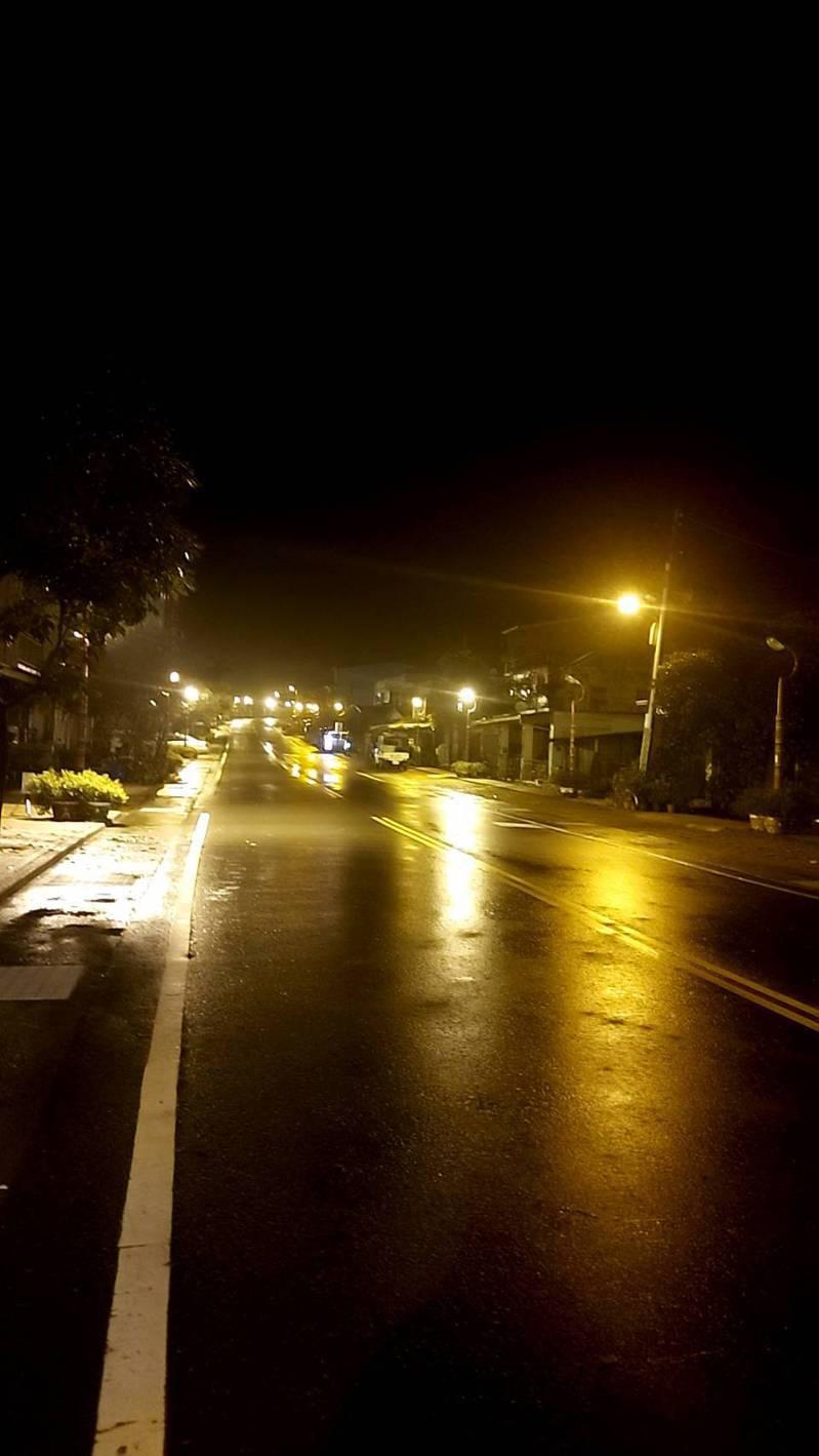 高雄桃源區歷經一天停電,於今天晚上復電,看見路燈亮起,居民開心歡呼。圖/民眾提供