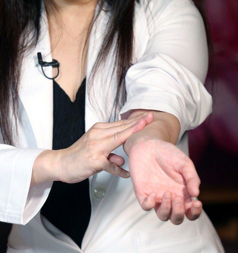 推手前臂內側正中的「天河水」可解熱。記者邱德祥/攝影
