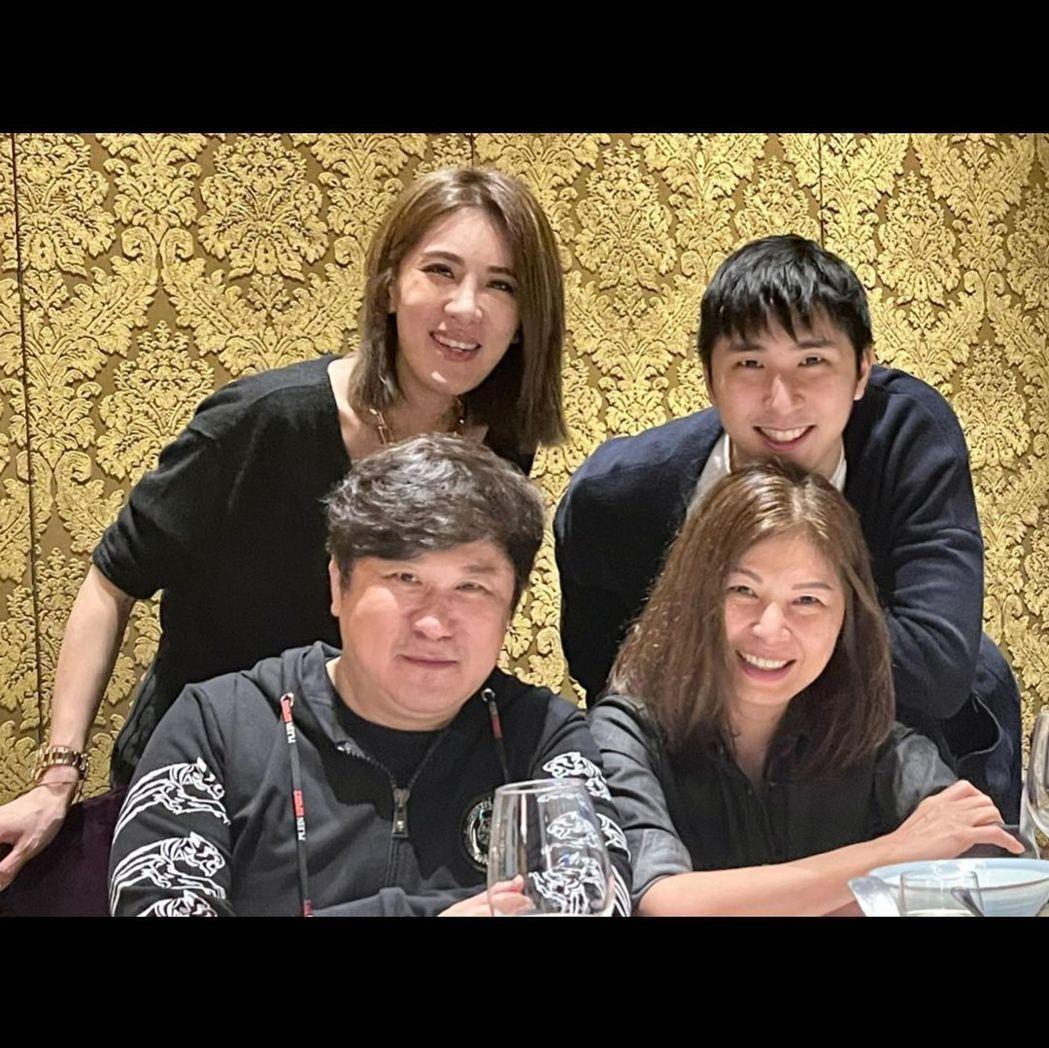 小禎父親節這天在IG上分享全家福的照片。 圖/擷自小禎IG