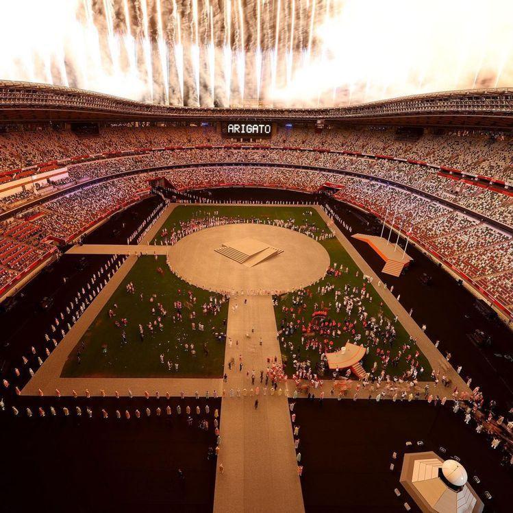 東京奧運閉幕式的開始與結束,都施放了壯觀煙火。圖/摘自Tokyo2020 ins...