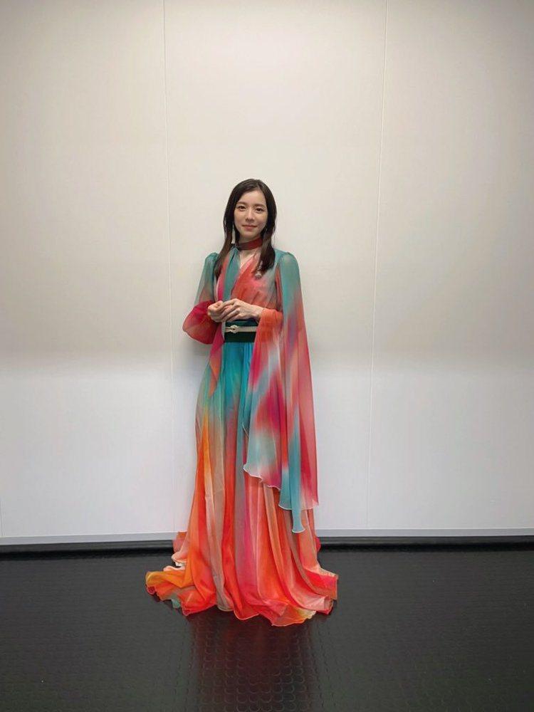 Milet的服裝也是當晚討論焦點,雪紡紗材質搭配了斑斕且漸層色彩點綴,讓粉絲看了...
