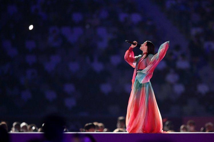 東京奧運閉幕式上Milet演繹法國傳奇歌手Édith Piaf名曲愛的詩歌,日、...