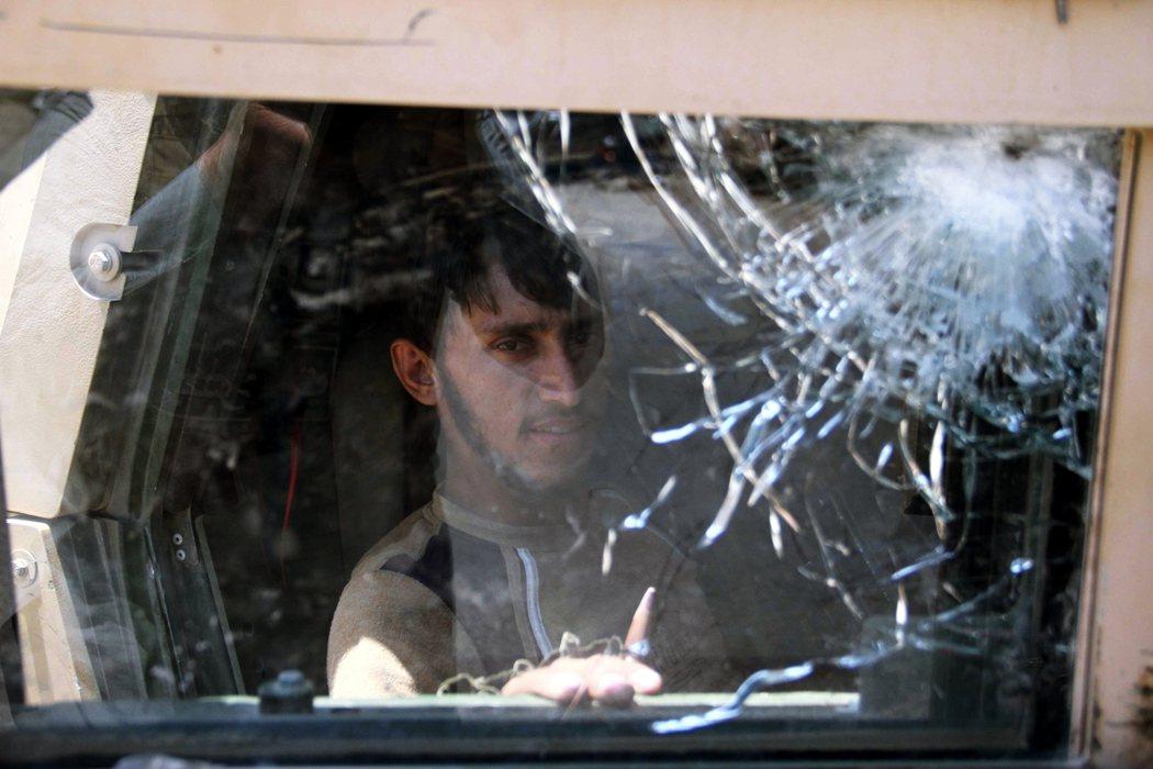 昆都士與北方各城的相繼失守,對阿富汗中央政府帶來了頗大的震撼。圖為赫拉特省一名士...